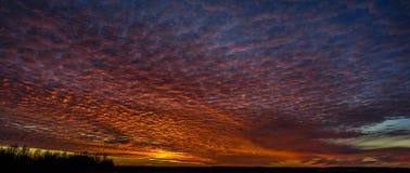 Puesta del sol ardiente Imagenes de archivo
