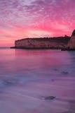 Puesta del sol ardiente asombrosa del mar Foto de archivo libre de regalías
