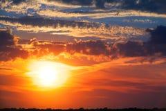 Puesta del sol ardiente Cielo hermoso foto de archivo