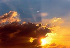Puesta del sol ardiente Cielo hermoso fotografía de archivo libre de regalías