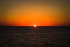 Puesta del sol ardiente de los amantes Fotografía de archivo libre de regalías