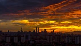 Puesta del sol ardiente en Kuala Lumpur Foto de archivo libre de regalías