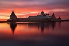 Puesta del sol ardiente fantástico hermosa encendido en el lago santo con vistas al monasterio de Solovetsky Spaso-Preobrazhensky Fotografía de archivo