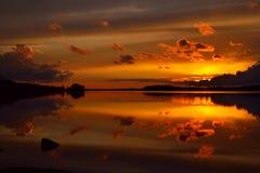 Puesta del sol ardiente Lago Pongola, Karelia septentrional, Rusia Fotos de archivo libres de regalías
