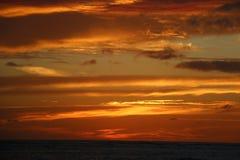 Puesta del sol ardiente nublada sobre el océano Hawaii Fotografía de archivo libre de regalías