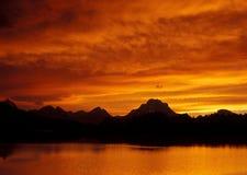 Puesta del sol ardiente sobre Teton Fotos de archivo libres de regalías