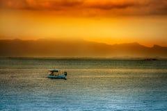 Puesta del sol asiática sobre el agua Fotos de archivo