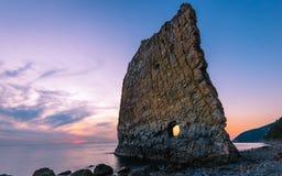 Puesta del sol asombrosa cerca de la roca de la vela en Rusia Imagenes de archivo