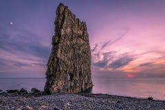 Puesta del sol asombrosa cerca de la roca de la vela en Rusia Foto de archivo libre de regalías