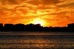 Puesta del sol asombrosa con el cielo nublado anaranjado fotos de archivo libres de regalías