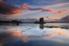Puesta del sol asombrosa con reflexiones en el acosador del castillo Imágenes de archivo libres de regalías