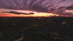 Puesta del sol asombrosa de la noche sobre ciudad almacen de video