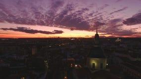 Puesta del sol asombrosa de la noche sobre ciudad almacen de metraje de vídeo