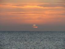Puesta del sol asombrosa del invierno en la playa de Eastbourne Fotos de archivo