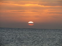 Puesta del sol asombrosa del invierno en la playa de Eastbourne Fotografía de archivo libre de regalías