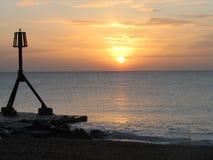 Puesta del sol asombrosa del invierno en la playa de Eastbourne Imagenes de archivo