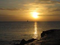 Puesta del sol asombrosa del invierno en la playa de Eastbourne Imagen de archivo libre de regalías