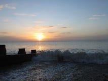 Puesta del sol asombrosa del invierno en la playa de Eastbourne Imagen de archivo
