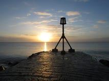 Puesta del sol asombrosa del invierno en la playa de Eastbourne Fotografía de archivo