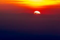 Puesta del sol asombrosa detrás de las nubes Foto de archivo libre de regalías