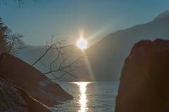 Puesta del sol asombrosa en Dorio, lago Como - Italia Imagenes de archivo