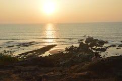 Puesta del sol asombrosa en el Mar Arábigo en la playa de Vagator Foto de archivo libre de regalías