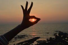 Puesta del sol asombrosa en el Mar Arábigo en la playa de Vagator Imágenes de archivo libres de regalías