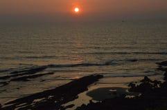 Puesta del sol asombrosa en el Mar Arábigo en la playa de Vagator Fotos de archivo