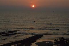 Puesta del sol asombrosa en el Mar Arábigo en la playa de Vagator Imagenes de archivo