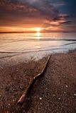 Puesta del sol asombrosa en el mar con la piedra fotos de archivo libres de regalías