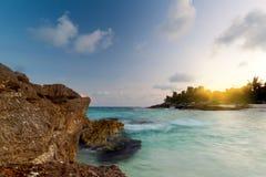 Puesta del sol asombrosa en el mar del Caribe Foto de archivo libre de regalías
