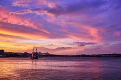 Puesta del sol asombrosa en el puerto en Boston, Massachusetts imagenes de archivo