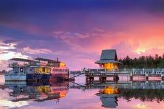 Puesta del sol asombrosa en el puerto de la isla de Kho Khao de la KOH Foto de archivo