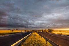 Puesta del sol asombrosa en la carretera imagen de archivo libre de regalías