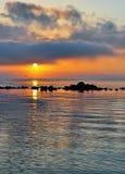 Puesta del sol asombrosa en la playa Foto de archivo