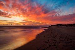 Puesta del sol asombrosa en la playa del sur de Corfú Grecia Imagen de archivo