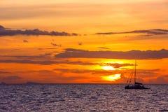 Puesta del sol asombrosa sobre el cielo hermoso con las nubes Fotos de archivo libres de regalías