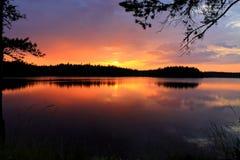 Puesta del sol asombrosa sobre el lago Fotos de archivo libres de regalías