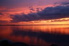 Puesta del sol asombrosa sobre el lago Imagen de archivo