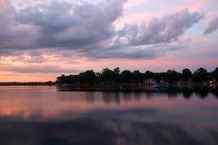 Puesta del sol asombrosa sobre el lago Imagenes de archivo