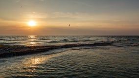 Puesta del sol asombrosa sobre el Mar Negro Puesta del sol colorida brillante en el escupitajo de Kinburnsky Fotos de archivo libres de regalías