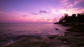 Puesta del sol asombrosa sobre el mar tropical Lapso de tiempo Viaje de la isla de Phuket, Tailandia metrajes