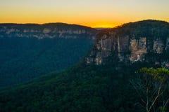 Puesta del sol asombrosa sobre Jamison Valley en las montañas azules de Nuevo Gales del Sur, Australia imagen de archivo
