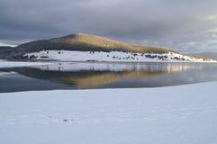 Puesta del sol asombrosa sobre la montaña Imágenes de archivo libres de regalías