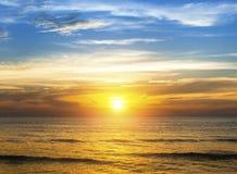 Puesta del sol asombrosa sobre la playa del océano Viajes Imágenes de archivo libres de regalías