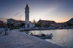 Puesta del sol asombrosa del verano en la ciudad de Zakynthos Panorama hermoso de la tarde del ayuntamiento y de la iglesia de Di Foto de archivo libre de regalías