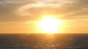 Puesta del sol asombrosa y mar metrajes