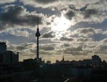 Puesta del sol atmosférica sobre el paisaje urbano de Berlín Imágenes de archivo libres de regalías