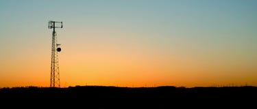 Puesta del sol azul claro de la torre del teléfono celular Imagenes de archivo