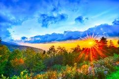 Puesta del sol azul de las montañas apalaches del verano tardío de Ridge Parkway del oeste Foto de archivo